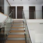 escalera-haya-maciza-y-puertas